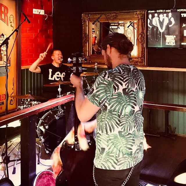 Kari huutaa Puutteessa, kun Tuomo hinkkaa bassoa. #trokaristiretki #pubpuute #muhos #live #keikalla