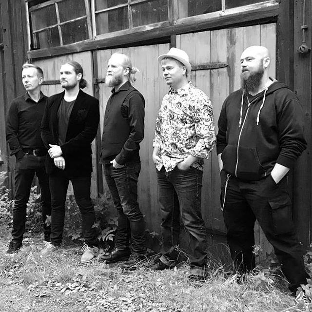 Kale! kävi haastattelemassa ja kuviakin näpsittiin.  Jälleen soittaa Dallape single julkaistaan 13.10. Samana päivänä vietetään kolmen bändin yhteisjulkkarikemut Kopperolla, Korvenkylässä.  Owler ja TarpitOrchestra mukana menossa.  #jälleensoittaadallape #trokaristiretki #kale! #pikisaari #koppero #korvenkylännuorisoseura #julkkarit @lauratau #kiitos #kuvasta #zivago #behindthescenes @owlerband #tarpitorchestra