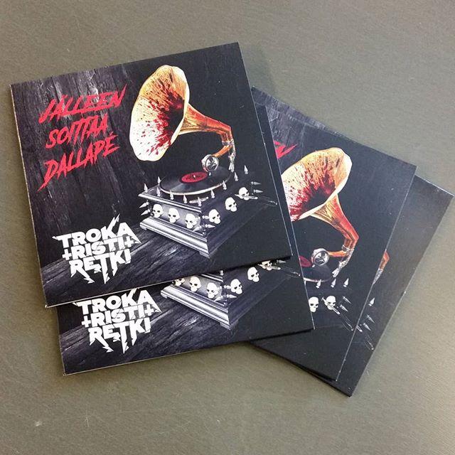 Tämmösiä tuli postissa. Julkkarikeikalla näitä pääsee hypistelemään ja hankkimaan omaksi. #trokaristiretki #oulu #single #jälleensoittaadallape #koppero #13 #10 #2018 #korvenkylännuorisoseura #koppero #metal #heavymetal#hevi#gramofoni#blood#skull #livemusic #owler #tarpitorchestra #october #fun #fuusioiskelmä