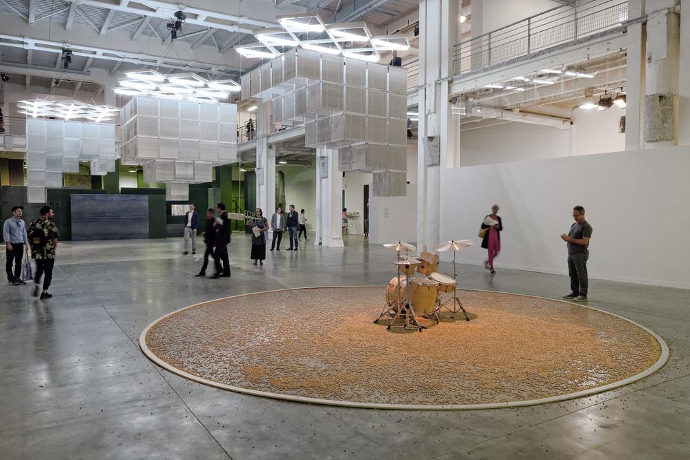Aura  (2015)  Céleste Boursier-Mougenot  Courtoisie galerie Xippas (Paris) et Biennale de Lyon  © Blaise Adilon