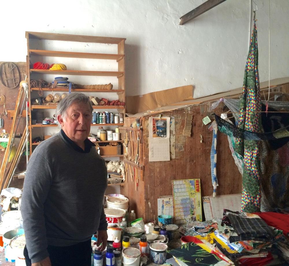 Claude Viallat dans son atelier  © Clément Thibault