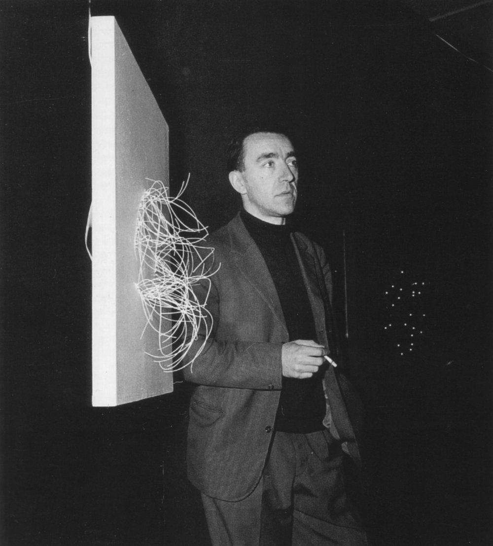 Pol Bury pendant l'exposition « Ponctuations érectiles et molles » à la Galerie Smith (1961). DR