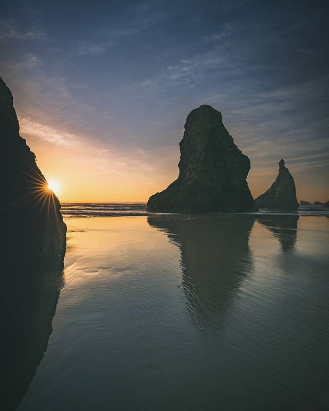 Last weekend was a photo excursion overnight along the Oregon coast! So many good photo spots visited over the course of just one full day.  On Saturday @rafatheperuvian and I made the 4 hour drive out to the first stop of the tour Bandon beach. It was a rare clear sky day on the Oregon coast which made for a great sunset photographing the sea stacks.  Shot on the sony A7r II with the 16-35 2.8