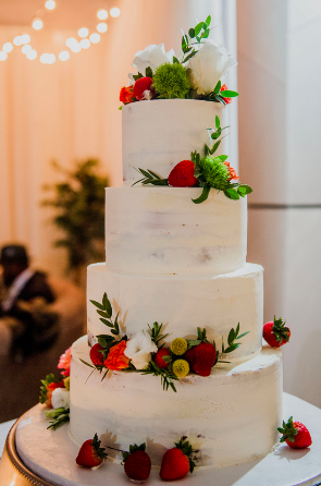 Photo by:    Erica Lyn Photography    / Cake by:    The William Vale