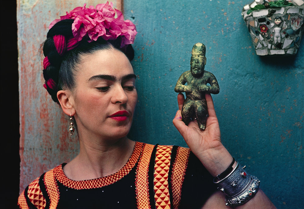Nickolas Muray (1892-1965) Frida with Olmeca figurine, Coyoacán, 1939 color carbon print ©Nickolas Muray Photo Archives courtesy of Etherton Gallery