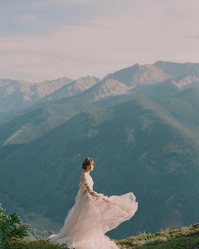 Intimate mountain weddings with breathtaking views at The Smith Cabin. ⠀⠀⠀⠀⠀⠀⠀⠀⠀ Beautiful 📷 by @lauramurray  #weddingvenues #aspenweddings #mountainweddings #cabinvibes #beautifulbrides #backcountryaspen