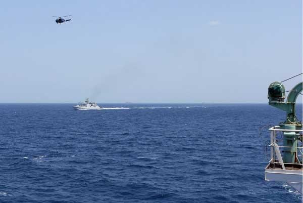 Indian navy fighting Somali pirates