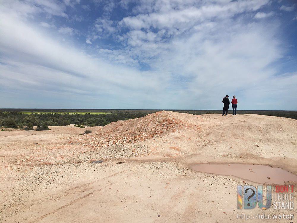 Stopping off at the First Shaft Lookout, a key location in Lightning Ridge history and a spectacular view of the flat horizon.