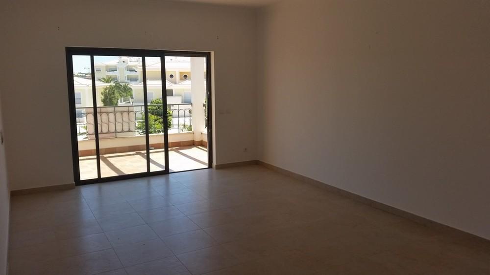 Remax Diamond - Bankimmobilien Sehr schönes Wohnung mit 2 Schalfzimmer und 2 Badezimmer in einer Wohnanlage mit Pool und Garten. Private Parkplatz und Abstellräum