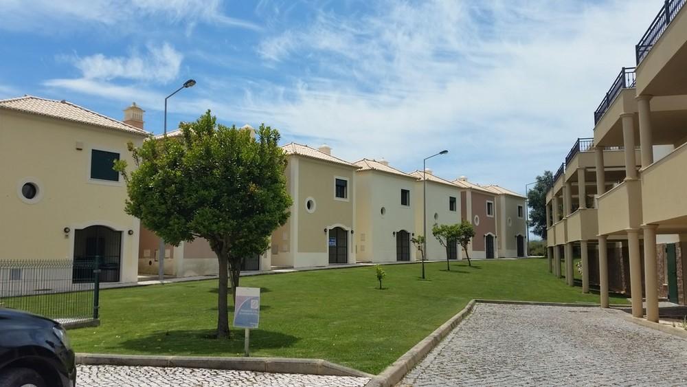 Propriété de la reprise de la Banque Maison avec 2 chambres et 2 salles de bains, piscine