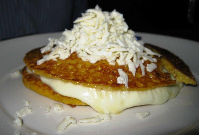 86100Cachapa de queso de mano.jpg