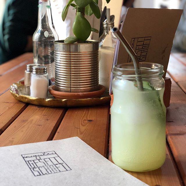Ich beobachte seit diesem Jahr anders. Seitdem ich vegan lebe, wähle ich auch meine Cafés und Restaurants anders. Neu entdeckt habe ich  @ingutergesellschaft. Ein #zerowaste Café mit veganen Speisen auf der Karte. Sehr lecker und sehr nett! Heute ist der erste Tag der #instachallenge #frischaufgebrüht mit dem Tageshashtag #meinlieblingscafe! @geniesserspecht 👌💜☕️ #vegan #challenge #food #veganfood #limonade