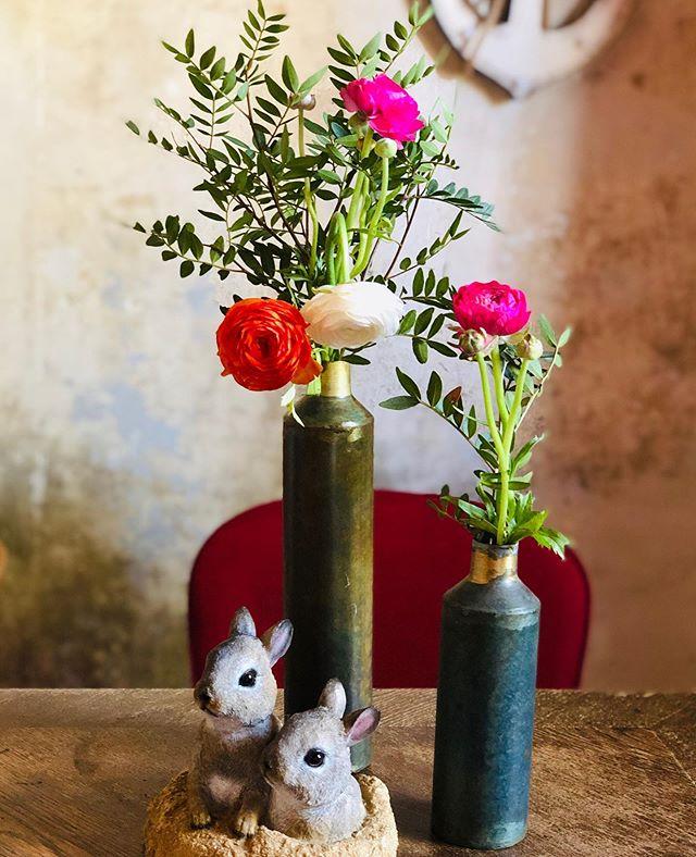 Frohe Ostern ihr Lieben!  Ich wünsche euch und euren Familien eine schöne Hoppelzeit.  Wir backen einen veganen Hefezopf und einen Schockohasen hab ich mit den Kids auch schon gebacken. Wow!  Mein @thieso2 kommt heute zurück aus San Francisco und wir freuen uns auf ein Eiersuchen im eigenen Garten.  Da #kleinq die letzten Tage Fieber hatte, war es sehr ruhig bei uns. Ich hab mal so richtig schön gekriegt, wie herausfordernd es ist, allein mit zwei Kids, wenn eins krank ist 🤷♀️ Überforderung juche. Mein Mann fragte mich, ob ich denn wenigstens Spaß hätte bei der Überforderung 😂  Nun ist der kleine offensichtlich wieder gesund und hat einfach mal den Mittagsschlaf ausgesetzt. 😲 Ich bin gespannt, wie lang er es schafft das 1. x ohne Mittagsschlaf.  Also, das ganz normale Familiengedöns 😂🙋♀️ Und bei euch so?  #froheostern #familienleben #familie