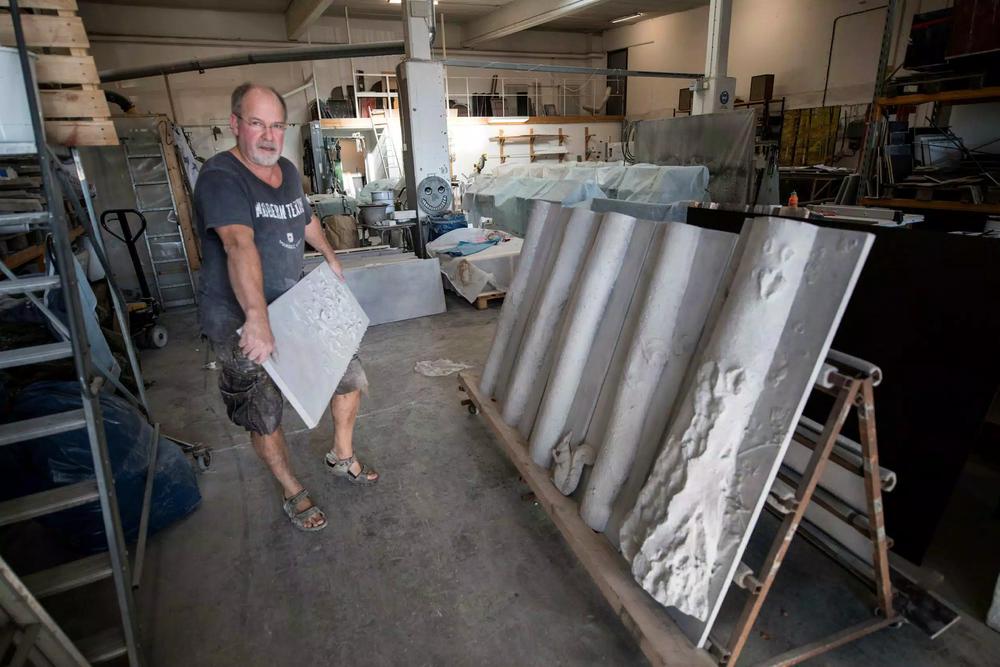 Hans Ekbladh på Konst- och inredningsbetong i Ängelholm har gjutit träden tillsammans med Monica Allerkrans-Ekblad. Snart ska de skickas till Falköping och sammanfogas på fasaden.  Bild: Niklas Gustavsson