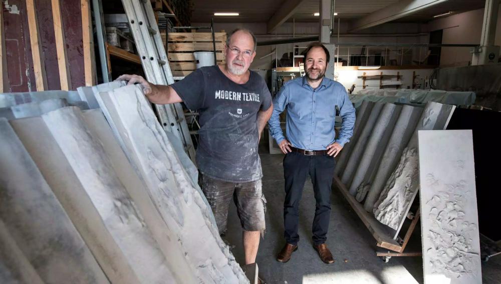"""Hans Ekbladh och Daniel Monsén med betongpanelerna som gjutits i Ängelholm. """"Det är kul att få lägga pengar på konst när man bygger ett hus"""", säger Daniel.  Bild: Niklas Gustavsson"""