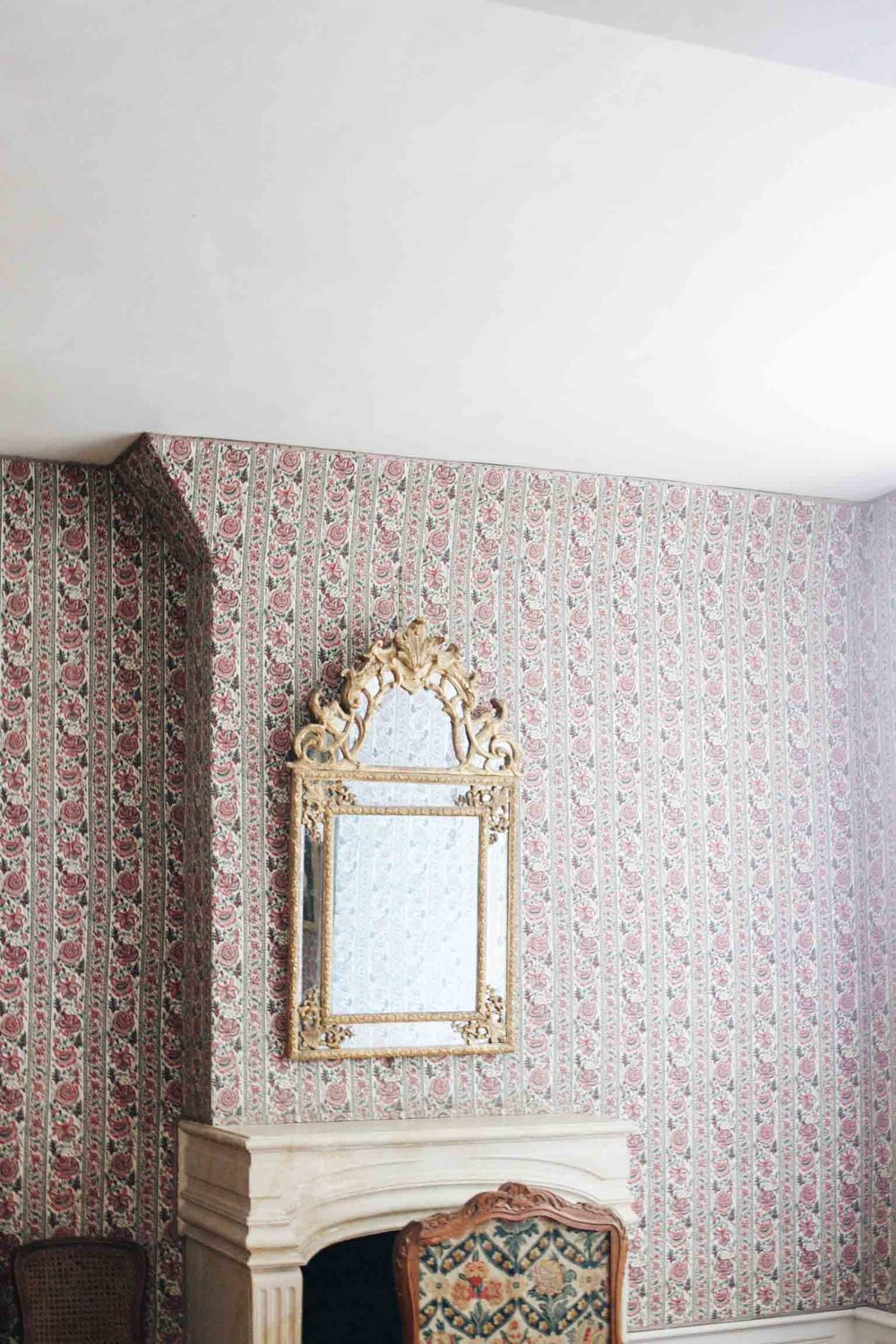 Something about this mirror, the wallpaper, and that fireplace.... all the feels!
