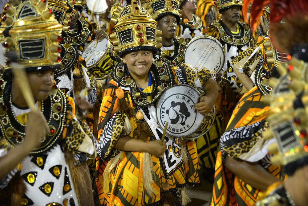 Rio de Janeiro karnevaali sambaparaati tanssija rummuttaja rummut karnevaaliasu samba Sambodromo