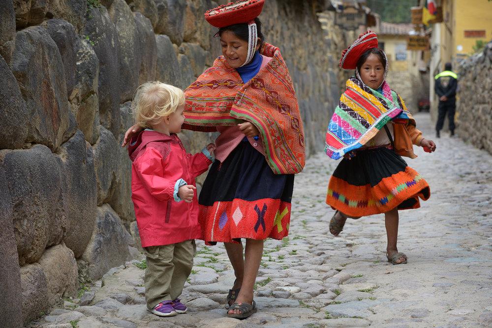 Peru, Etelä-Amerikka, perhematkailu, lapsiperhematkailu, matkablogi, matka, reissu, kerran elämässä, Ollantaytambo, perinneasu