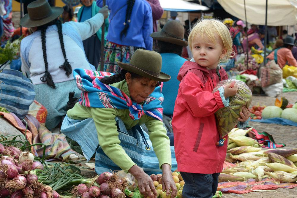 Peru, Etelä-Amerikka, perhematkailu, lapsiperhematkailu, matkablogi, matka, reissu, kerran elämässä, Pisac, tori, ruokatori
