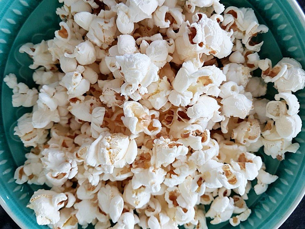 Popcorn verfeinert nach Wahl: mit Salz/Pfeffer, Curry, Paprika, Kräutern, Zimt/Kardamom, Sesamöl etc.