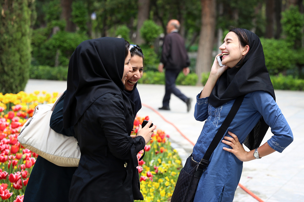 iran_teheran_park_women_girls_laughing_jeppe_schilder