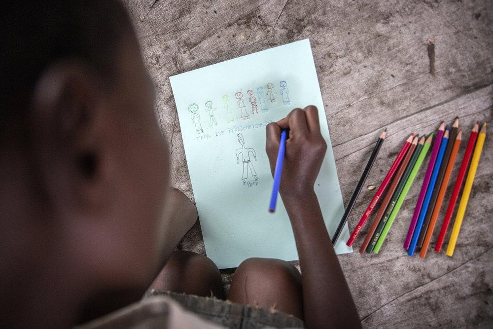 20180628_WCH_DRC_Congo_Mulongwe_Burundian_refugee_camp_Nina_drawing_family_Jeppe_Schilder_02.jpg