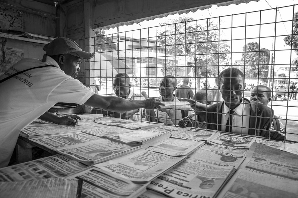 20160926-Bangui-Newspapers-Jeppe Schilder03-BW.jpg