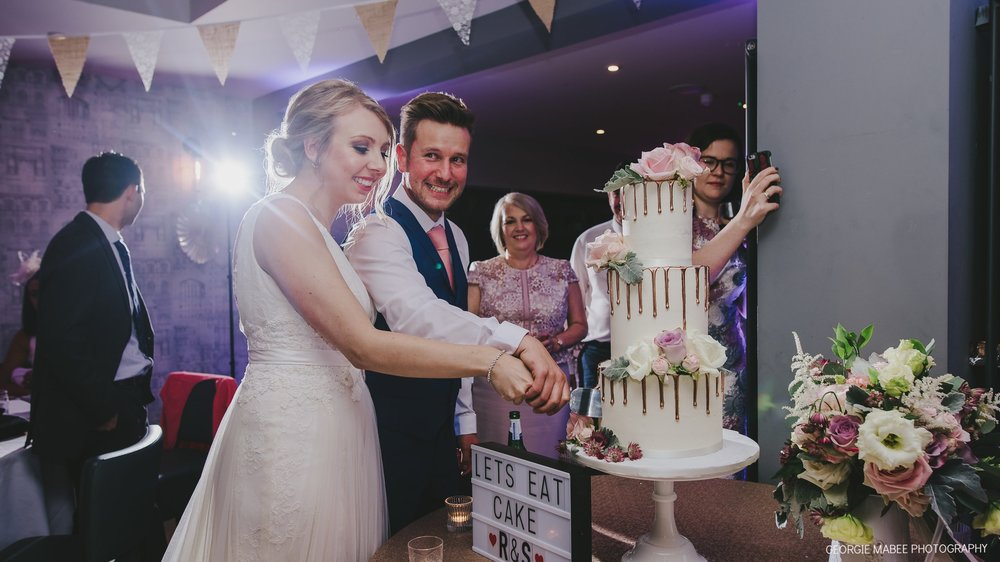 IMAGE: GEORGI MABEE CAKE: THE CONFETTI CAKERY VENUE: THE CHEQUERS INN