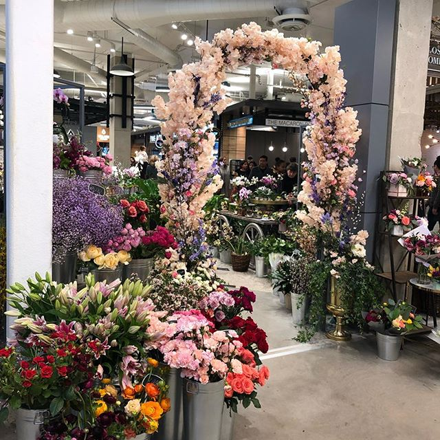Have y'all checked out the new #marketplace area in square one? It's good y'all, there's a deli a bakery a fishmonger and of course the floral shop. @shopsquareone good job 👏🏾 now you can make a bougie one up in the luxury aisle 😬