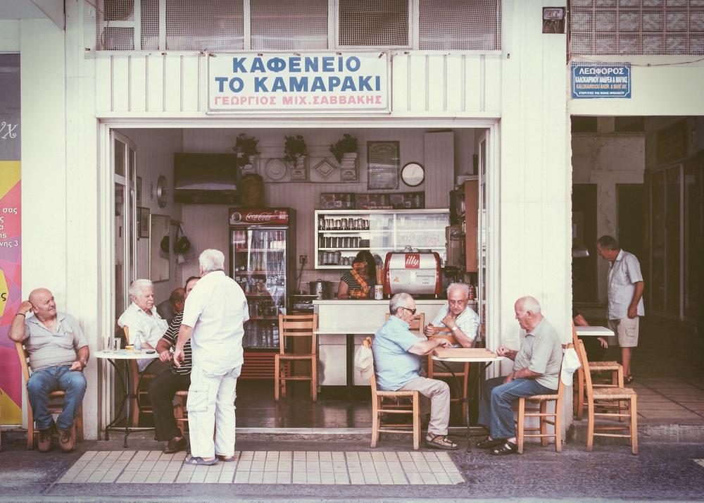 Μετά από δεκαετίες οι πελάτες παραγγέλνουν ξανά αναψυκτικά «στα δύο», στο Καμαράκι.