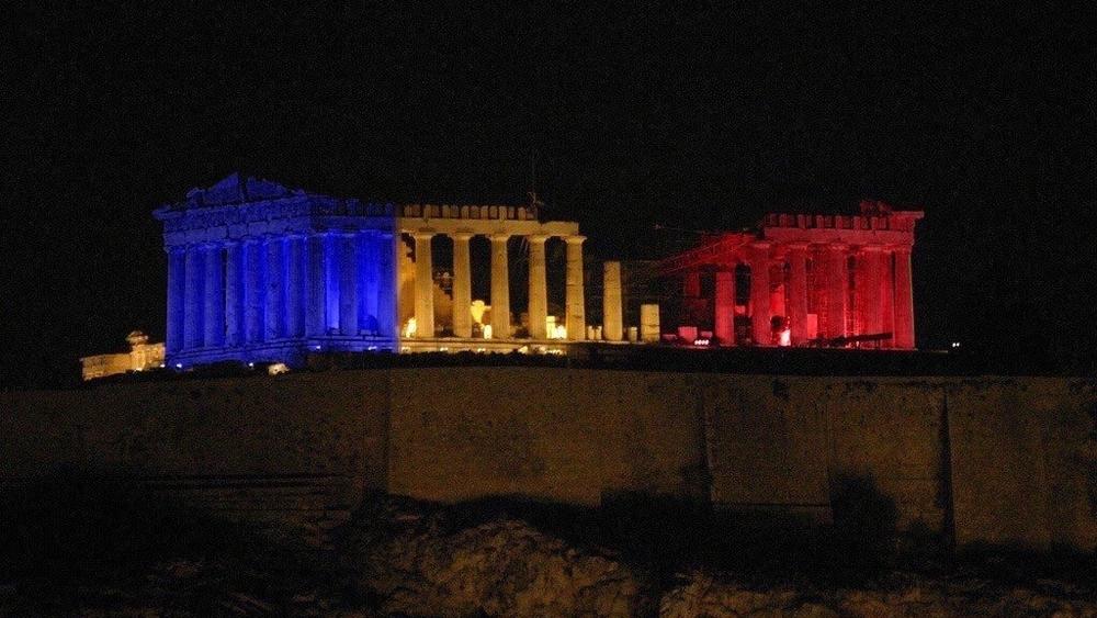 Η Ακροπολη στα χρωματα τησ γαλλικης σημαιας, όπωσ υπηρξε μονο στη φαντασια χρηστων του τwitter