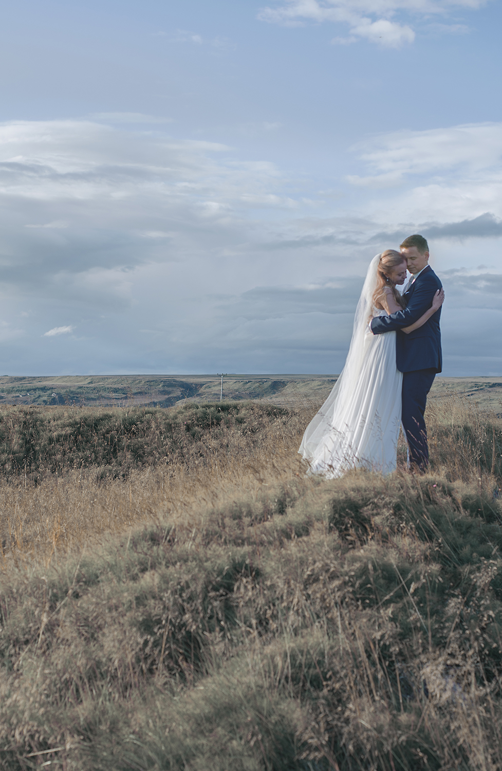 brollop island love portrait wedding portrait outdoor soft light matte finish wedding photographer iceland seos photography fotografi.jpg
