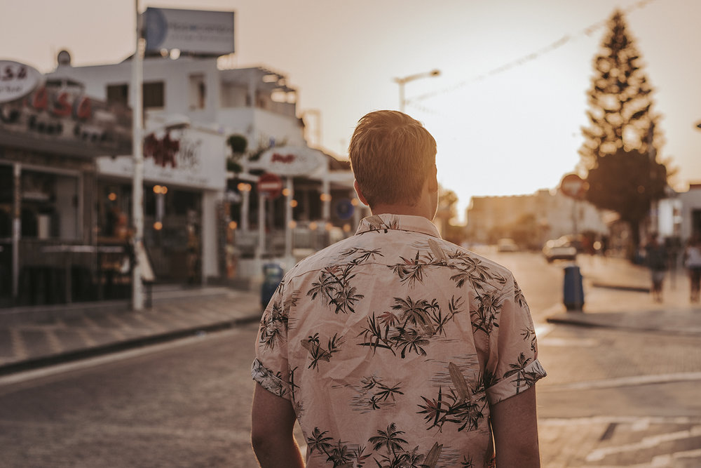 foretagsfotograf varumarke stil modefotograf fashion herrmode livsstil seos photography lifestyle photographer cool barber rockabilly travel edge moody photographer edit style vintage hawaii shirt.jpg