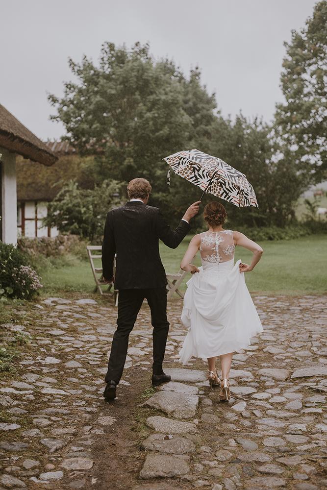 brollopsfotografering-sommar-regn-romantiska-brollopsportratt-utomhus-seos-fotografi-dokumentär-stil.png