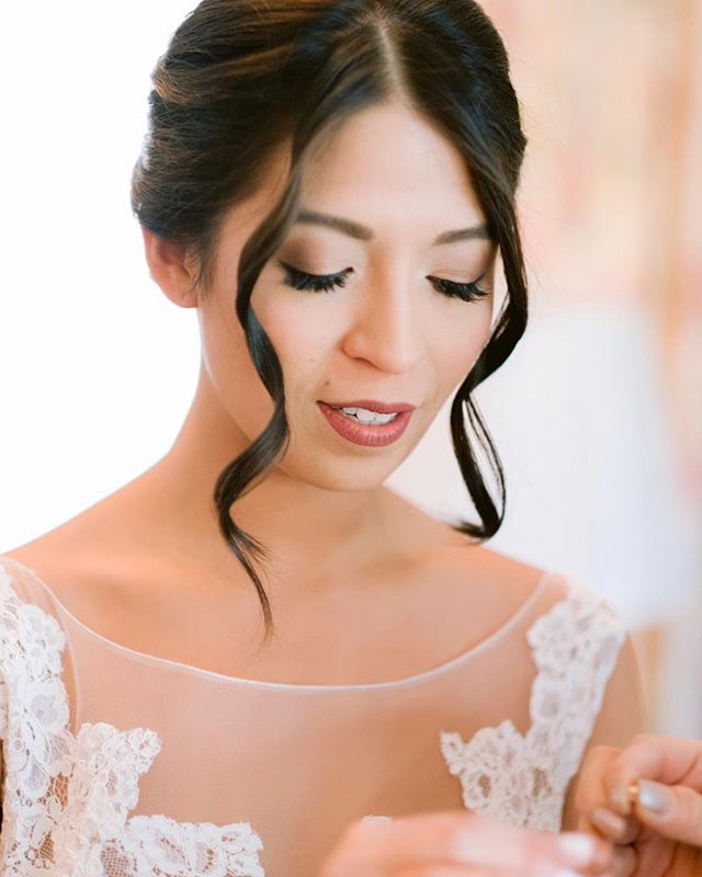 Soft, timeless, romantic glam on this beautiful bride! My favorite moments are the ones like this moments before walking down the aisle ❤️ . . . . . #contouredbychrissy #makeup #mua #motd #cosmetics #contour #beauty #bride #bridal #bridalmakeup #naturalnakeup #wedding #weddingmakeup #wakeupandmakeup #freelance #artist #makeupartist #love