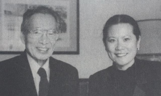 作者李岘在采访中与冯元桢教授合影