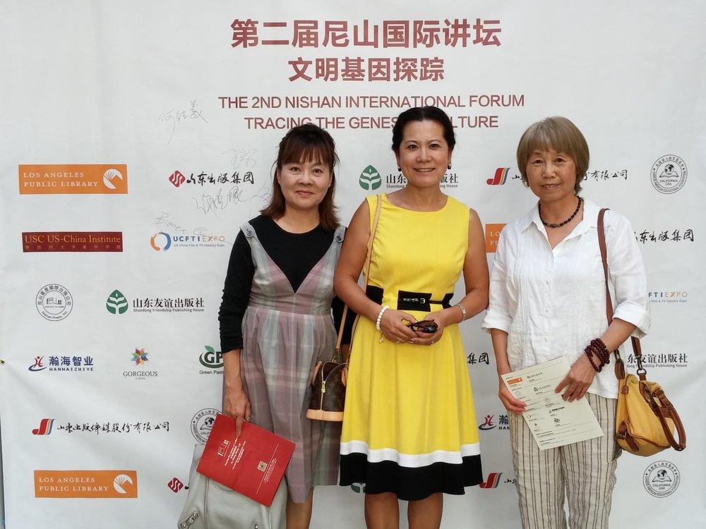 (照片右起:秘书长赵燕冬、主席李岘、财务长许晓妮)