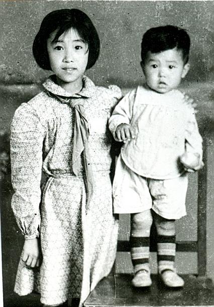 张雅文(左一)的第一张照片