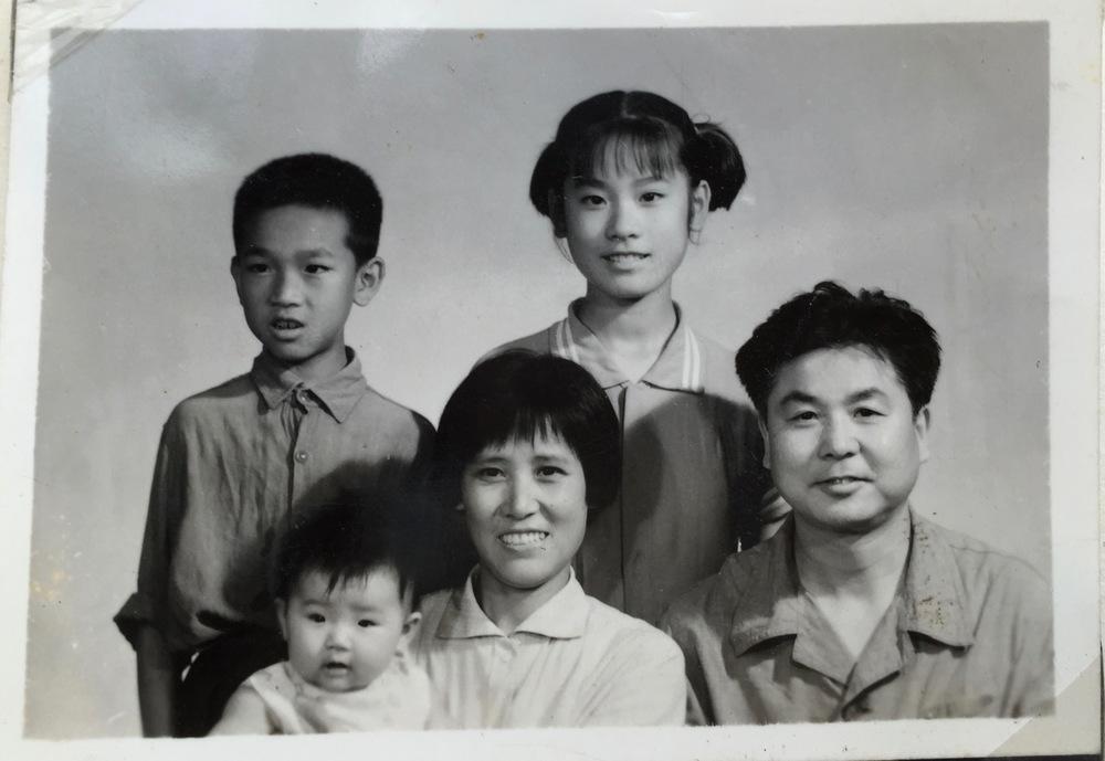 """李岘(二排右一)与家人在""""文革""""时代"""
