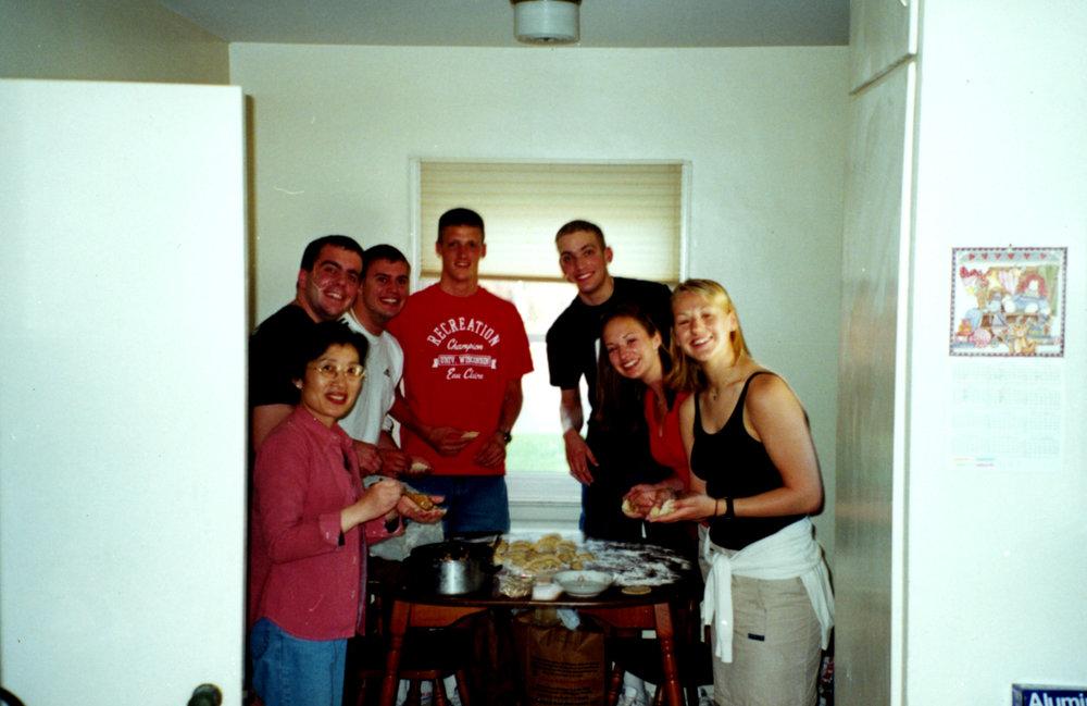 余惠芬(左一)与她的美国学生一起包饺子
