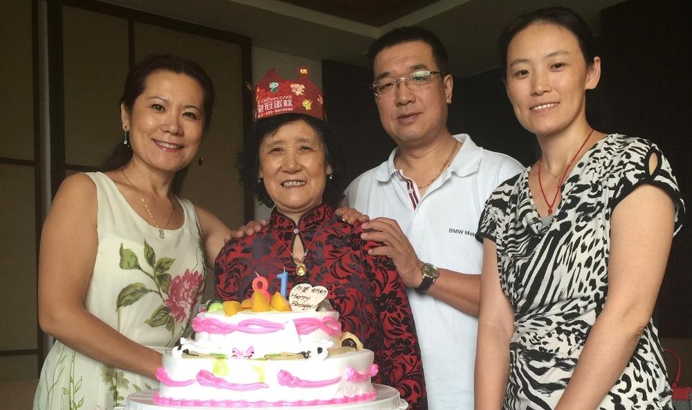 李岘(左一)2015年与弟、妹在中国给母亲祝贺81岁生日
