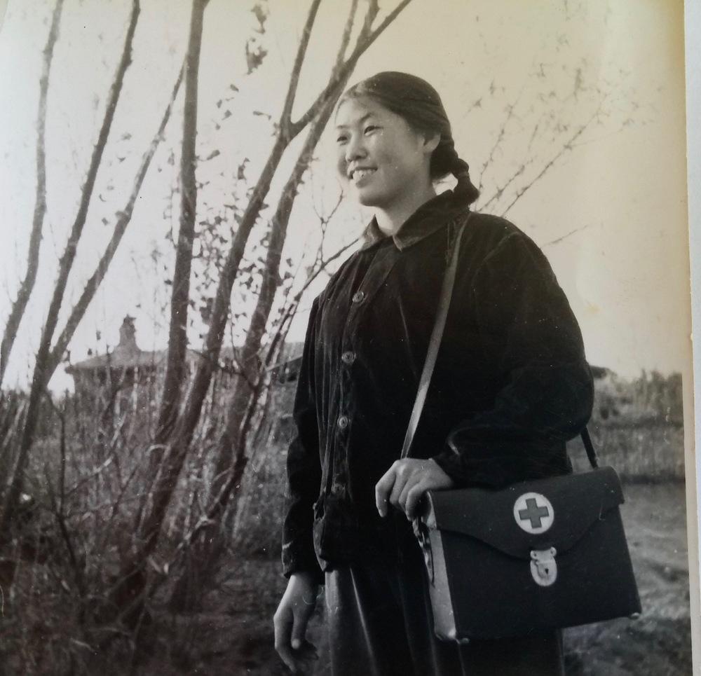 """赵燕冬1971年在乡下做""""赤脚医生""""。"""