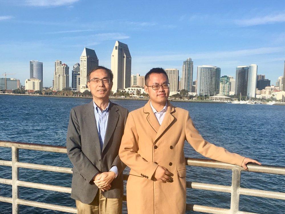 作协副主席何绍义博士与旧金山永久会员葛航松于圣地亚哥市中心合影留念