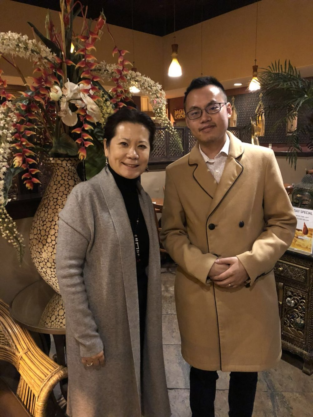 作协主席李岘博士与旧金山永久会员葛航松于圣地亚哥泰国餐馆合影留念