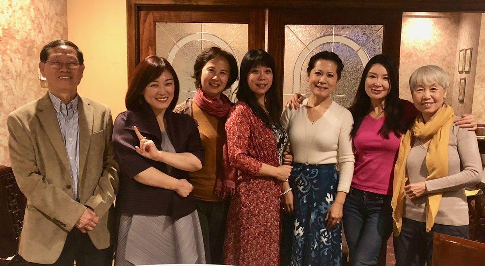 右起:秘书长赵燕冬、主播李宜璇(璇子)、主席李岘、主播陆青(远方)、主播郭炆艳(炆艳)、主编李丹(蓝山)、财务长谭瑞钦