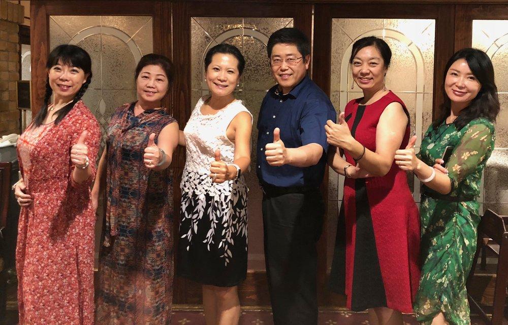 左起:主播远方、主播崔萍、主编木子、主播浩瀚大海、主播雅奇、主播璇子