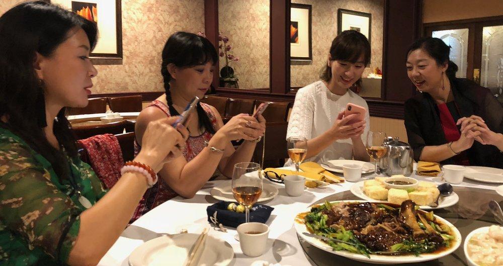 8月16日餐会上大家切磋技术。左起:主播璇子、主播远方、外联理事节冰、主播雅奇