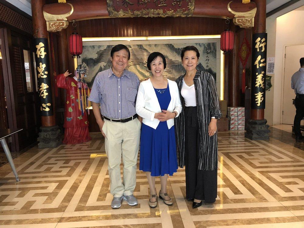 (图片左起:美中作协顾问李占恒、荣誉主席张雅文、作协主席李岘)