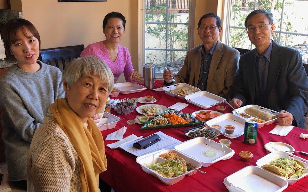 照片右起:副主席何绍义、财务长谭瑞钦、主席李岘、外联理事节冰、秘书长赵燕冬