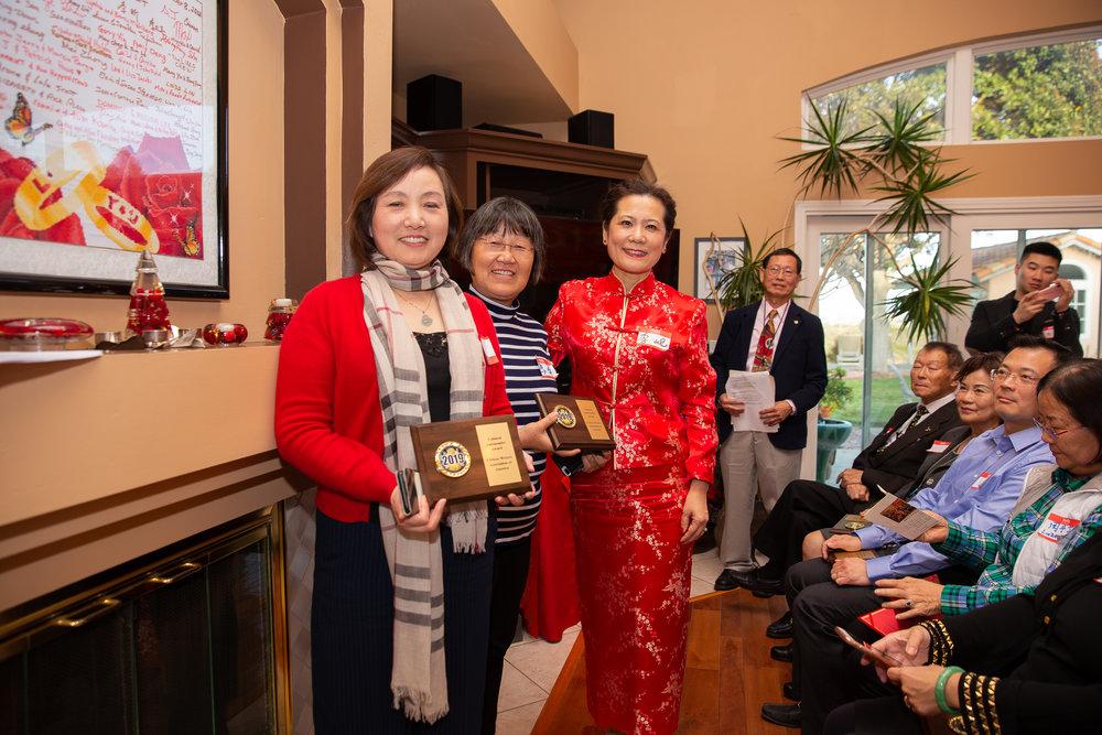 主席李岘为华美银行圣地亚哥分行副总裁杨霞(左一)及《华人》传媒集团总裁马平(左二)颁发了文化使者奖。
